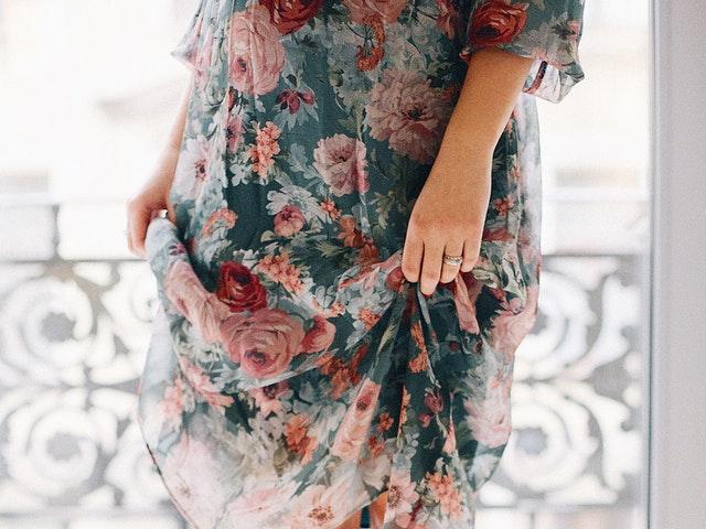 Trendig blommig klänning